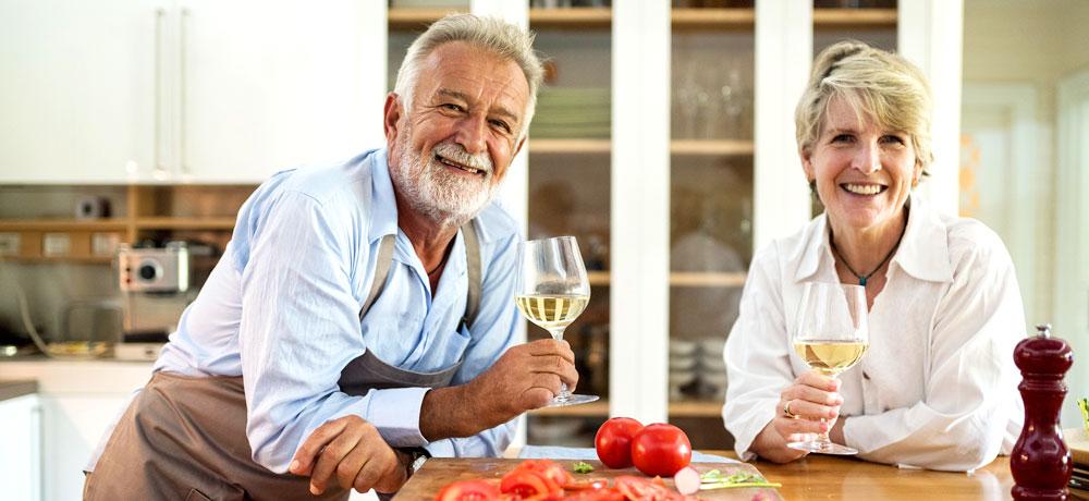 Cuisinier et sa femme dégustent du champagne