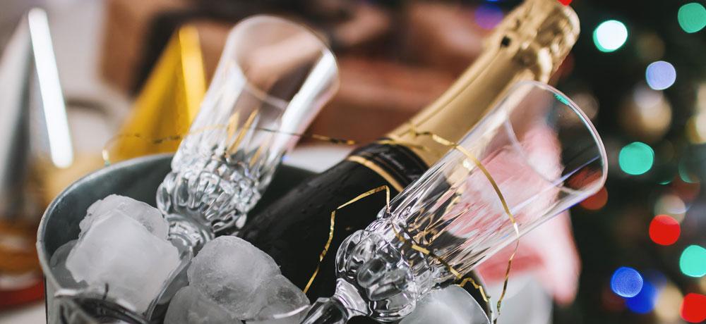 Bouteille de champagne dans seau a glace et verres pour la fete des meres
