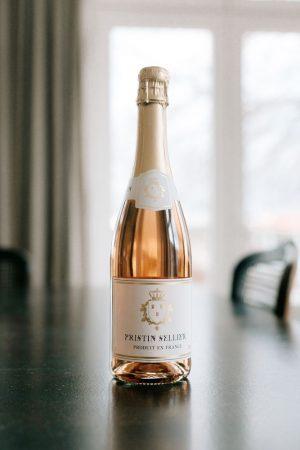 Bouteille Pristin Sellier sans alcool rosé sur table foncée