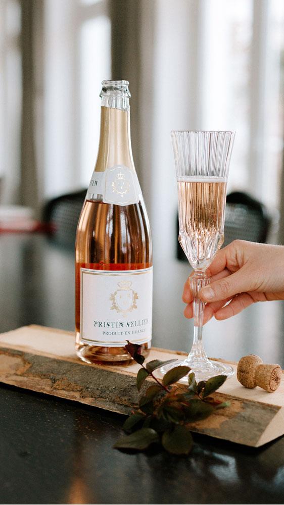 Cuvée sans alcool Pristin sellier rosé avec flute sur planchette